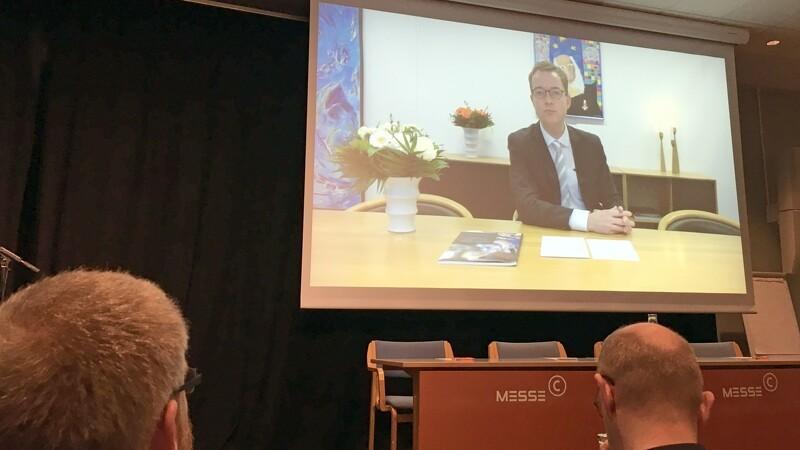 Minister får forskere kontrolleret i udlandet