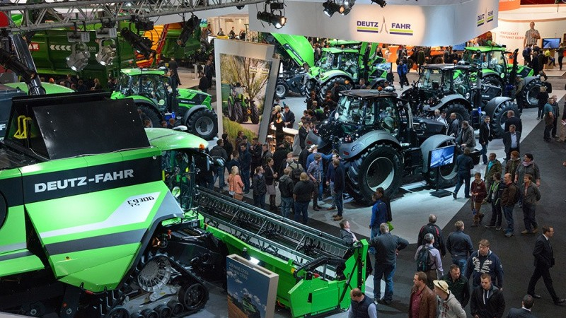 Syv Deutz-Fahr-traktorer og en mejetærsker i årets slutspurt