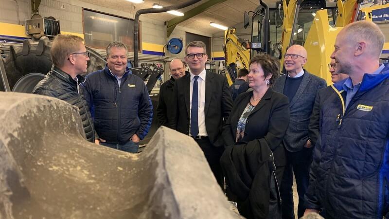 Minister på besøg hos PN Maskiner i Troldkær