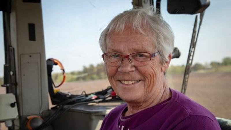 Gerda på 77 år pløjer en hektar i timen