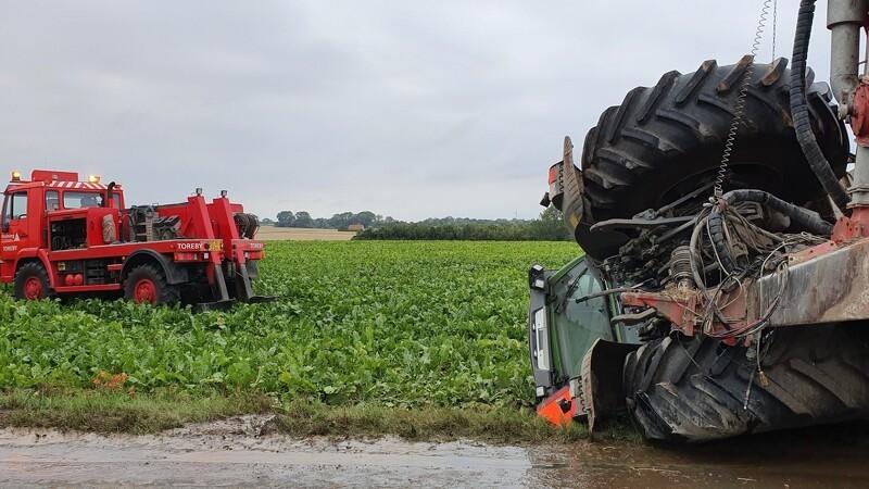 Traktor med gyllevogn i solouheld