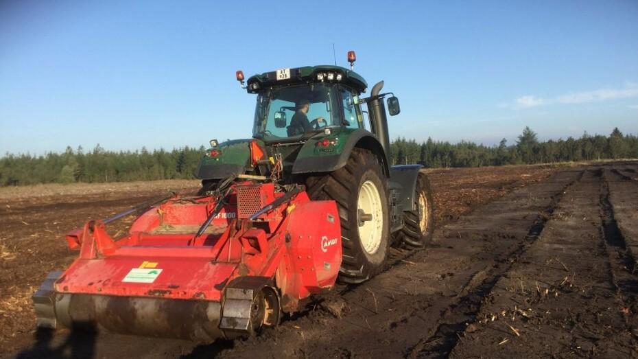 Valtra S374 med RF 1000 rodfræser. Efterlader arealet klar til at så f.eks. græsplæne, kulturafgrøder, plantning af træer.